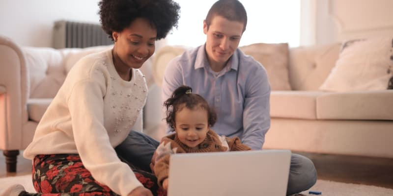 parents choosing the best STEM toy for their kid online
