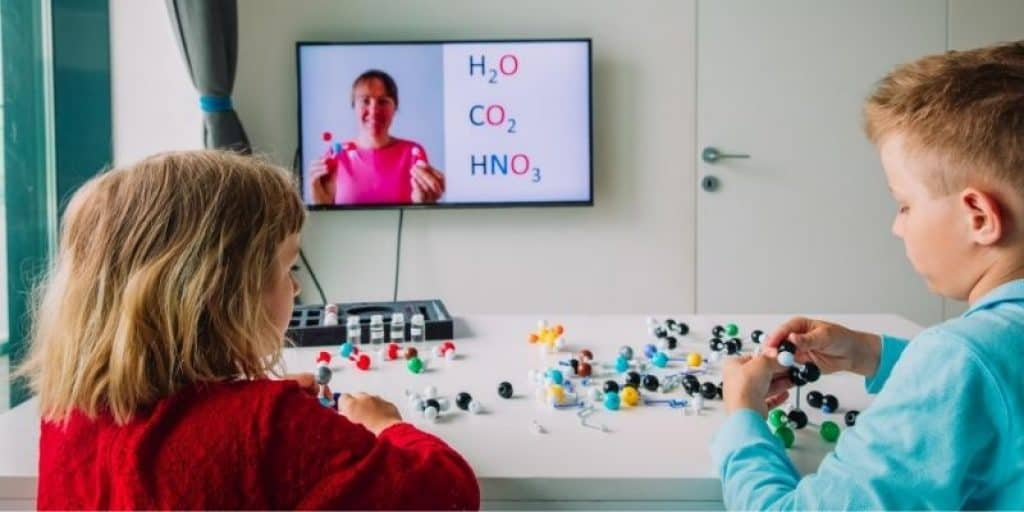 Kids virtual reality class about molecular models